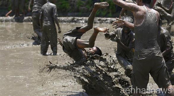 السباحة بالطين