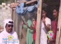 بالفيديو…: إماراتي يحبس هنود في (شبك الدجاج ) لإجبارهم على تشجيع منتخب بلاده !