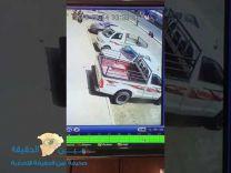 بالفيديو.. حادث دهس مروع لشخصين كانا جالسين أمام محل تجاري