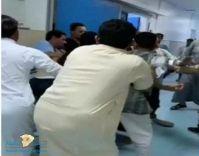 معركة ولكمات متبادلة بين مراجعين وموظف في مستشفى بيش العام