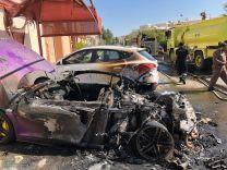 بالفيديو والصور: رجل يتنكر بعباءة ويحرق سيارة بقيمة 600 ألف ريال في جدة
