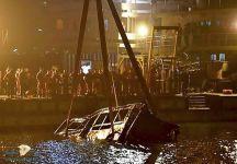 """سقوط حافلة في النهر ومقتل 13 راكبًا بسبب كف من""""امرأة"""" للسائق"""