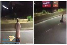 فيديو لــــ رجل يصلي وسط طريق السيارات