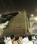 أظهرت الرياح التي حركت ستار الكعبة مساء أمس الباب الداخلي الذي بناه عبدالله بن الزبير قبل أن يغلقه الحجاج بن يوسف الثقفي بعد أن استعاد الأمويون الحكم على مكة .