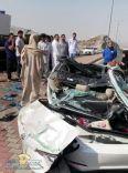 نجاة فتاة من الموت بعد انقلاب شاحنة على مركبتها