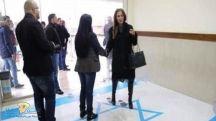 """بالصور.. وزيرة أردنية تثير غضب إسرائيل بدهس العلم.. و""""تل أبيب"""" تحتج"""