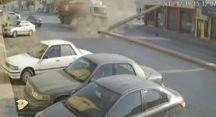 شاهد.. لحظة تصادم مروع بين سيارة صغيرة وشاحنة عند أحد الإشارات