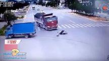 بالفيديو: سائق دراجة نارية ينجو بأعجوبة من دهس شاحنتين