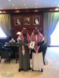 الأستاذ سعيد السعيد يهدي رسالة الماجستير لنائب أمير المنطقة