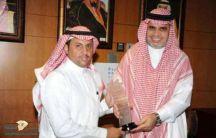 الأستاذ :  سلطان سليمان العنزي المعلم بمدرسة الفارابي بحائل يحصل على جائزة محمد بن راشد للمعلم المتميز