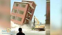 بالفيديو: عملية هدم تنتهي بسقوط مبنى على حفار