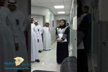 شاهد: سلوى العمران تجذب الأنظار خلال جولة رسمية.. وهذا ما حملته للموظفين!