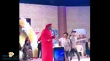 بالفيديو … مشهد تمثيلي امرأة منقبة تقفز على فنان فوق خشبة المسرح وأمام الجمهور!