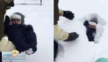 بالفيديو: أب يرمي طفله في الثلج ولم يتوقع ما حدث