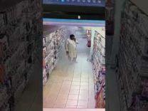 في مشهد طريف.. بالفيديو: مقيم يعقم يديه بإحدى طفايات الحريق في احد الاسواق التجارية