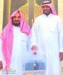 رجل الأعمال سعود بن موسى الهديرس يكرم  راع الجحفة ( رجل الطيب ) عبدالله بن نهار المطاوع
