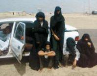 القبض على ستة رجال متخفين في عباءات نسوية