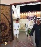 عريس يزف نفسه لصالة الافراح على ( حمار ) !!