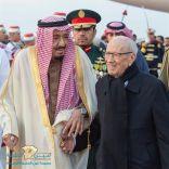 خادم الحرمين الشريفين يصل إلى تونس والسبسي في مقدمة مستقبليه