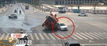 نجاة سائق سيارة صغيره من شاحنة كادت تسحقه