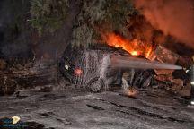 مركبة تصطدم بمحول كهربائي بحي برزان وتتسبب بحريق وإصابة شخصين
