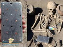 """العثور على جهاز """"آيفون"""" عمره 2000 عام داخل أحد القبور !!!"""