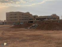 المُجمع التعليمي للبنات بحي الملك عبد الله يُعاني تكدس النفايات ومخلفات البناء في مواقف السيارات..