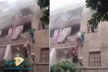 شاهد: شاب مصري شجاع يتسلق المواسير وينقذ 3 أطفال من حريق