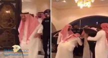 """بالفيديو: """"خادم الحرمين"""" يزور الشيخ ناصر الشثري في منزله"""