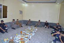 مدير الدفاع بمنطقة حائل يشارك رجال الدفاع المدني العاملين بالمراكز الميدانية وجبة الإفطار
