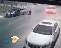 فيديو.. حـادث مروري لسيارتين تقود إحداهما امرأة..
