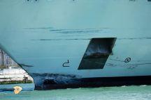 بالفيديو ….باخرة ضخمة تجشم ميناء وتصطدم بسفينة أخرى بمدينة البندقية الإيطالية