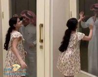 لقاء طفلة مصابة بكورونا ووالدها عبر الزجاج