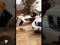 بالفيديو: شجاعة شباب في حائل تُنقذ عائلة جرفت السيول مركبتهم