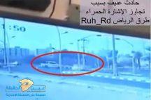 شاهد: تصادم مروع بين سيارتين بسبب (قطع ) الإشارة الحمراء